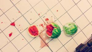Pastèque cassé sur le sol